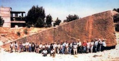 Pedra gigantesca serrada pelos Atlantes
